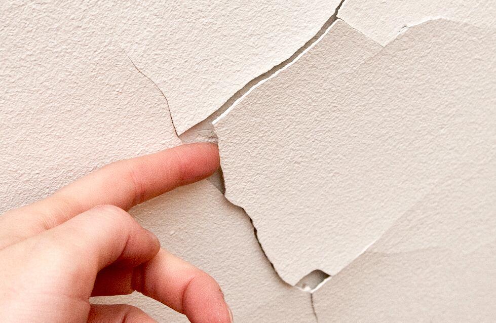 Putzriss in der Wand