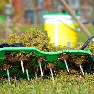 Nagelschuhe, um den Rasen zu lüften