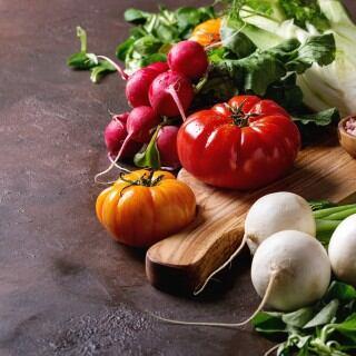 Wenn man Gemüsereste wieder in den Boden einsetzt, wächst das Gemüse nach