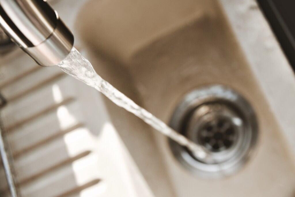 Wie Sie Rohre ohne Chemie reinigen