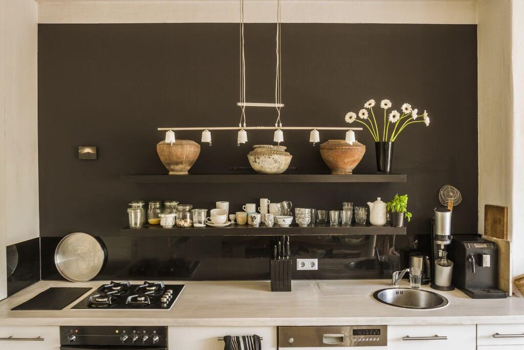 Mit Hängeregalen an der Wand kann man in der Küche am besten Platz sparen