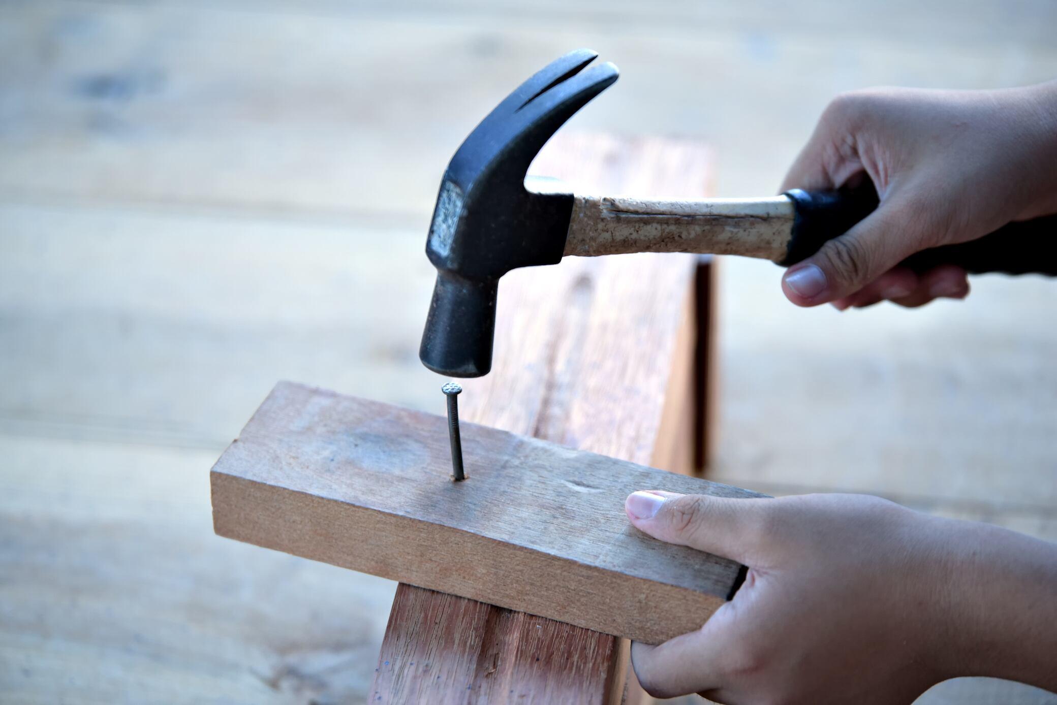 Mit diesen 6 Tipps hämmern Sie Nägel richtig in das Holz