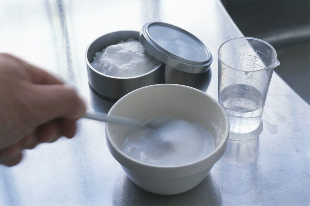 Eine Mixtur aus Natron und Essigessenz lässt sich gut nutzen, um Rohre zu reinigen