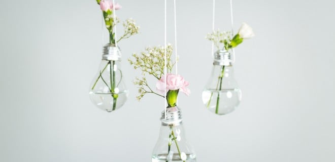 Aus alten Glühbirnen können Sie einen DIY-Dekoartikel basteln