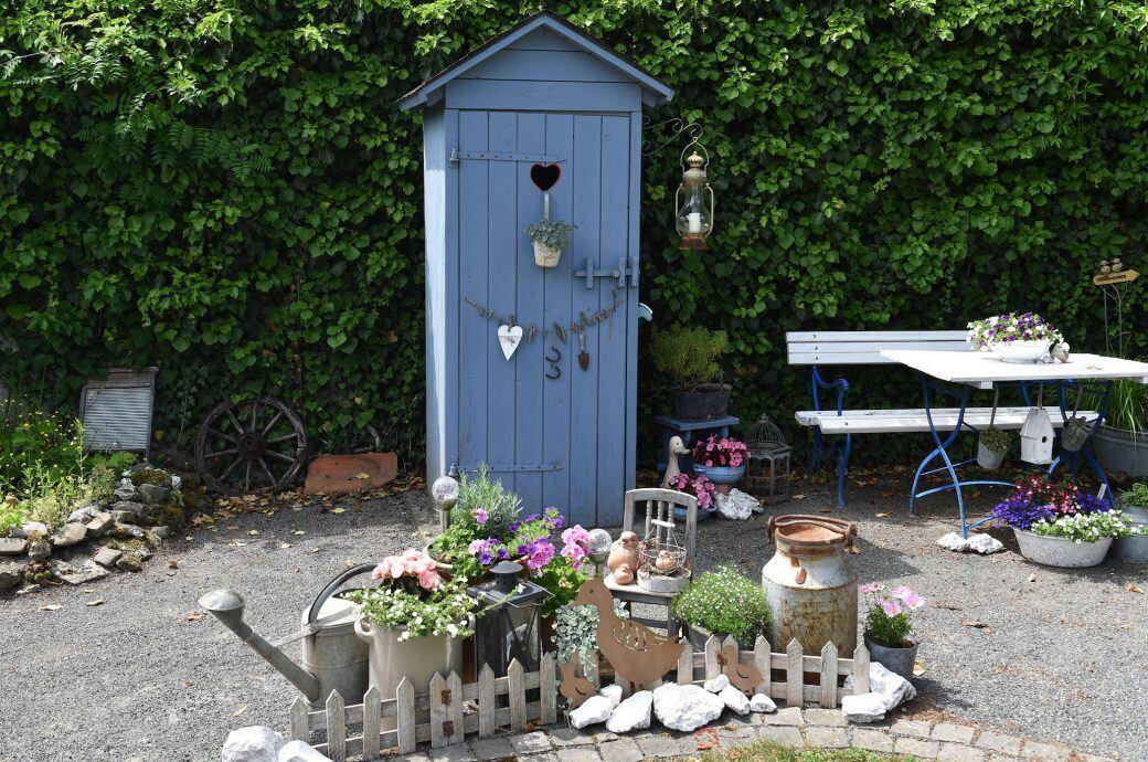 Toilettenhaus im Garten