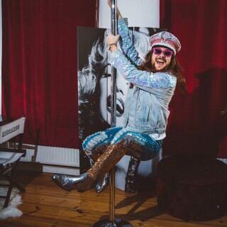 Riccardo Simonetti hat in seinem Ankleidezimmer eine Poledance-Stange