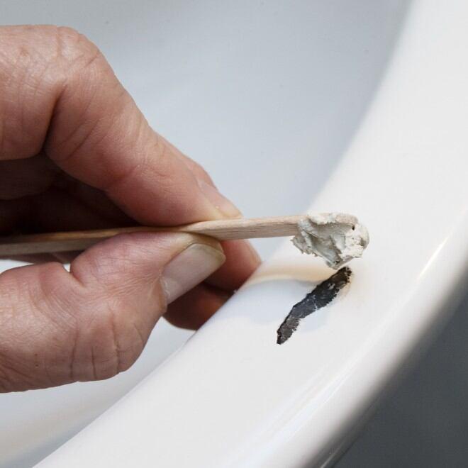 Mit einem Reparaturset lassen sich kleine Schäden am Waschbecken ausbessern