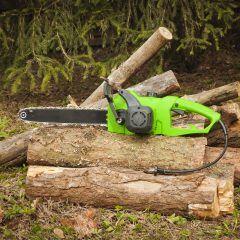 Elektro-Kettensäge und Holzstämme