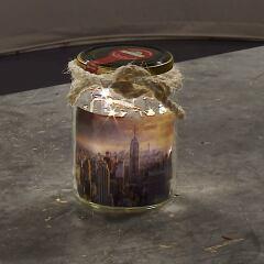 In wenigen Schritten können Sie aus einem Einmachglas selbst ein DIY-Dekoglas mit Licht basteln