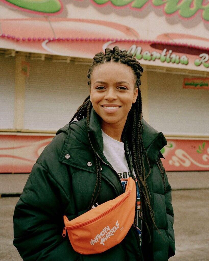 Aminata Belli ist als Kind von Schaustellern im Wohnwagen durch Norddeutschland von Jahrmarkt zu Jahrmarkt gereist