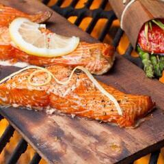 Lachs grillen auf einer Holzplanke