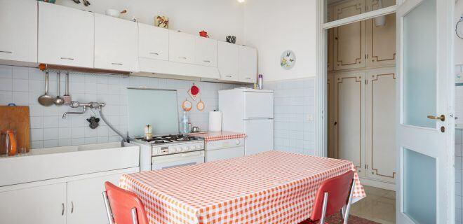 Schwebende Küchenschränke können in einer Altbauwohnung gefährlich werden