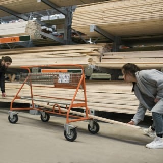 Paar beim Einkaufen im Baumarkt