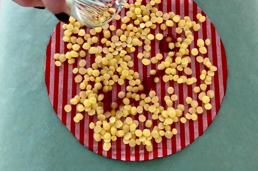 Der Bienenwachs wirkt antibakteriell. Das Öl verleiht dem Wachstuch etwas Geschmeidigkeit