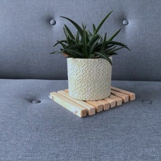 In wenigen Schritten kann man sich einen DIY-Holz-Untersetzer basteln