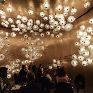 Auf der Mailänder Möbelmesse hat neue Arten von Leuchten vorgestellt