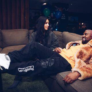 Kim Kardashian und Kanye West sind bekannt für extravagante Auftritte... und Möbel