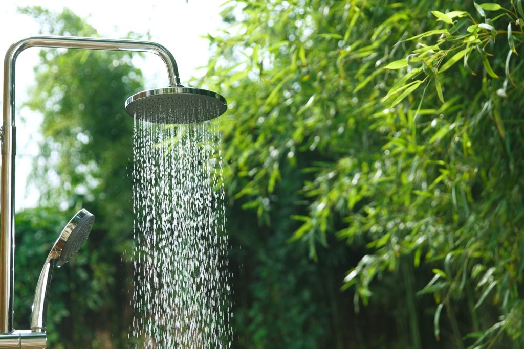 Die Gartendusche kühlt Sie an heißen Sommertagen