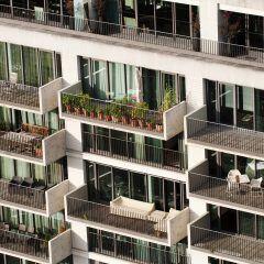 Bei der Bauabnahme können Käufer sowohl Mängel in ihrem Wohnraum als auch in gemeinschaftlichen Bereichen, zum Beispiel dem Treppenhaus, geltend machen.