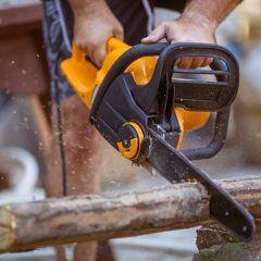 Holzarbeiten mit Kettensäge