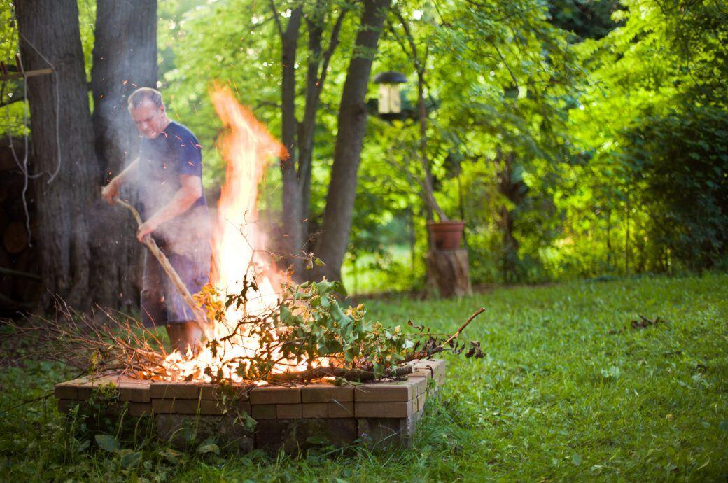 Laub verbrennen im Garten