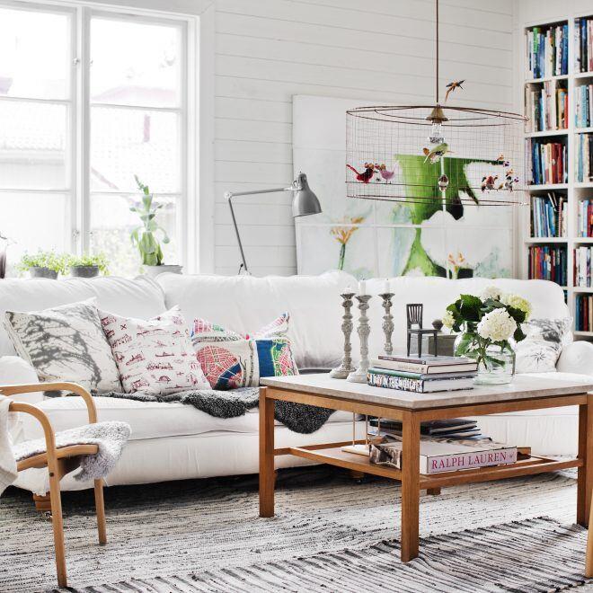 Bücher im Wohnzimmer im schwedischen Stil auf Couchtisch