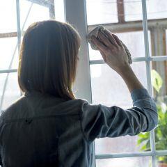 Es gibt ein Mittel, mit dem Sie Fettflecken auf Fenstern entfernen können