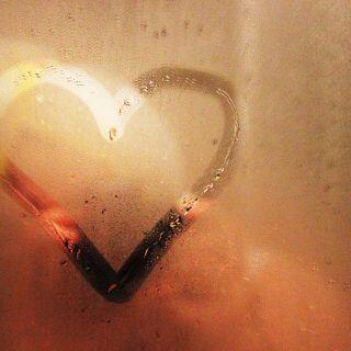 Ein beschlagener Spiegel im Badezimmer nach dem Duschen ist lästig