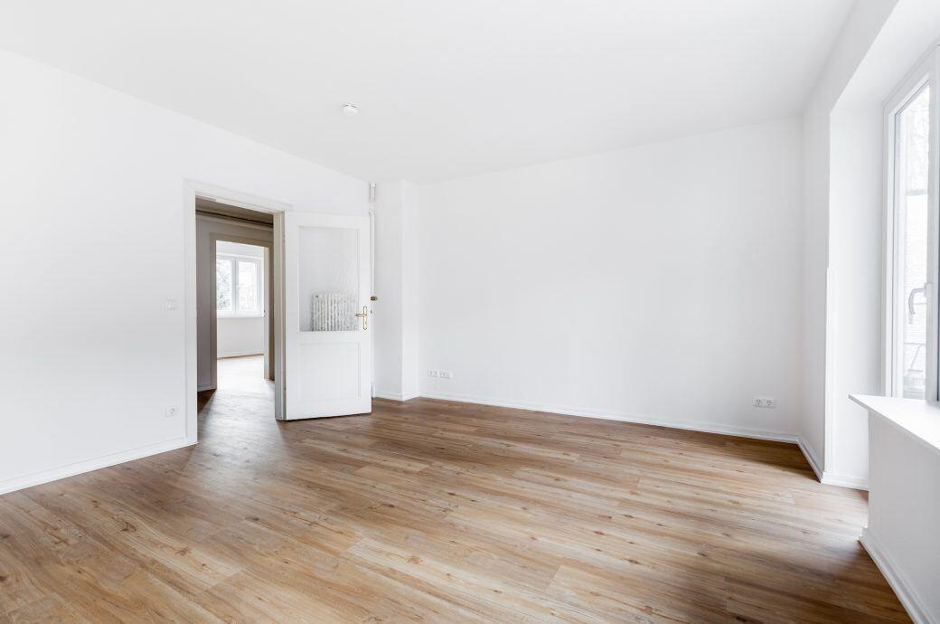Eine leere Wohnung, die aussieht wie unbewohnt