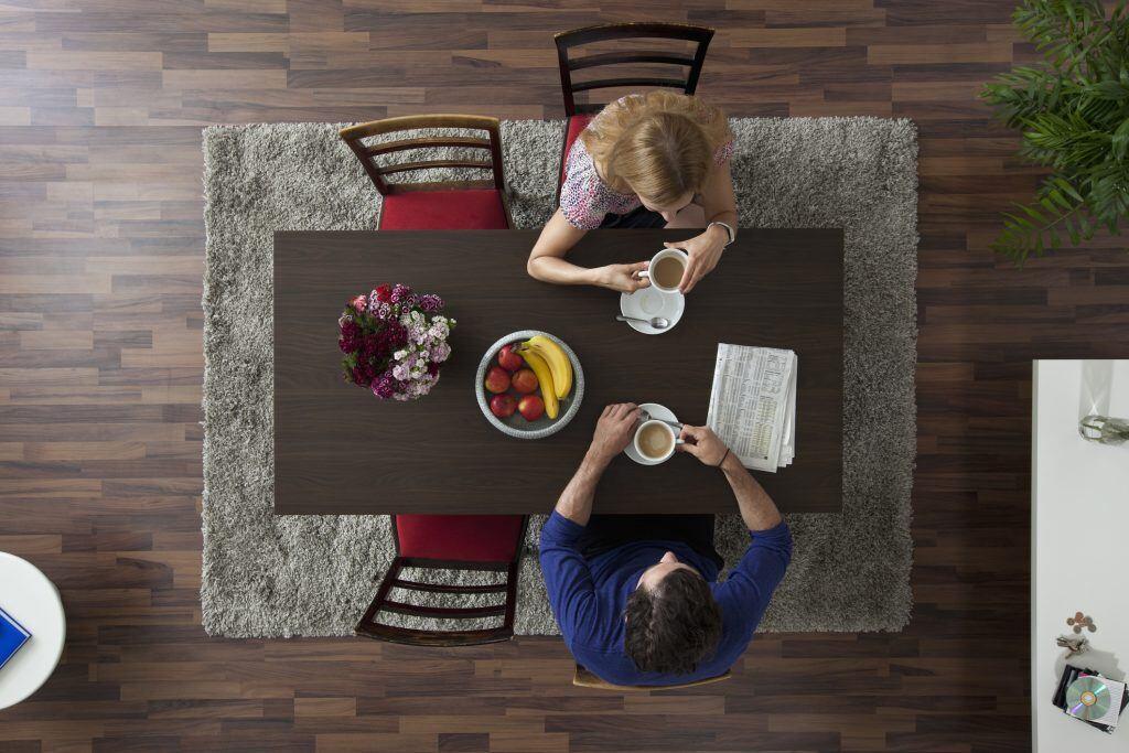 Der Teppich passt zum Tisch