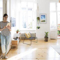 Deutschland, Berlin, private Wohnung, junge Frau geniesst Freizeit mit Tablet