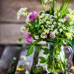 Blumenstrauß in Blumenvase auf dem Tisch