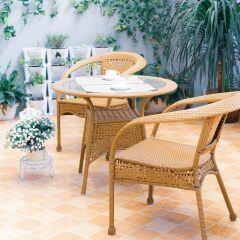 Mit den richtigen Balkonmöbeln und Dekoartikeln kann man aus seinem Balkon oder seiner Terrasse ein Sommer-Wohnzimmer im Freien gestalten