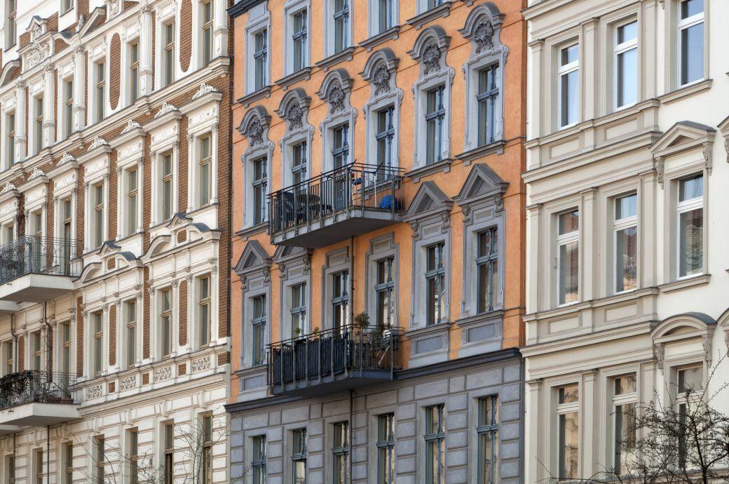 Wenn Vermieter eine Modernisierung einer Immobilie planen, müssen sie ihre Mieter rechtzeitig schriftlich darüber informieren
