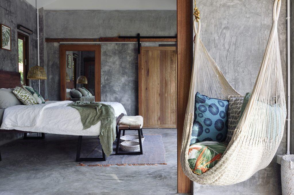 Eine Hängematte hängt im Schlafzimmer
