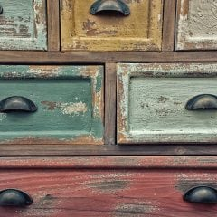 Verschiedenfarbige Schubladen einer Kommode
