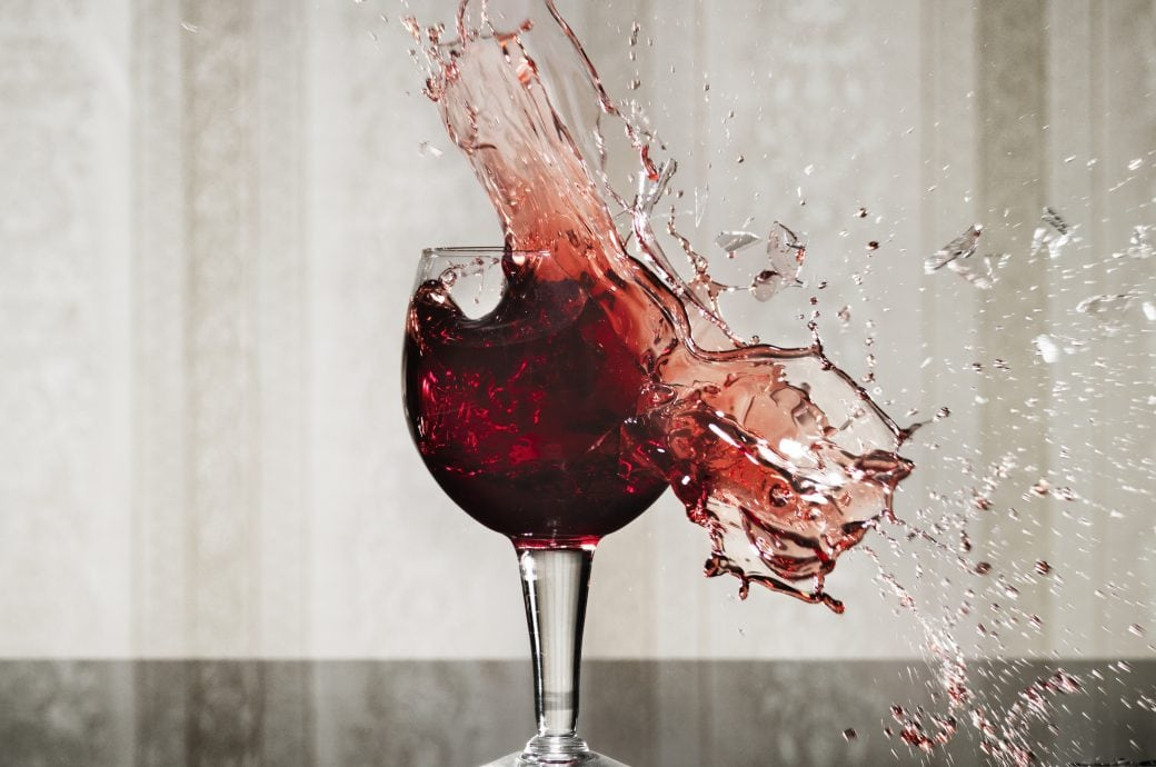 Ein Weinglas zerspringt