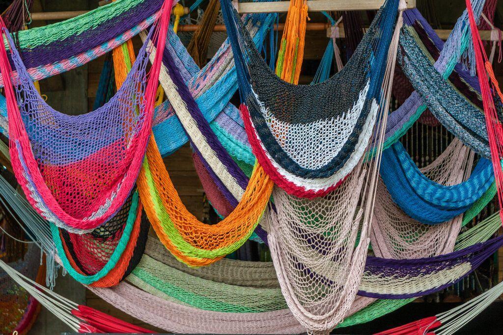 Kunterbunte Netzhängematten hängen übereinander