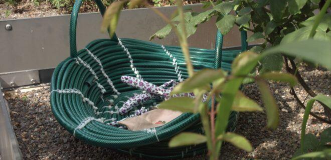 DIY-Korb aus Gartenschlauch basteln