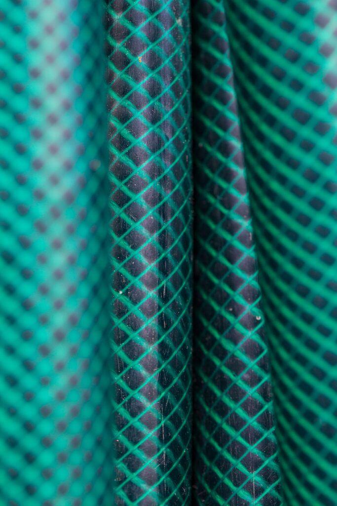 Das Kreuzgewebe eines Gartenschlauchs in Nahaufnahme