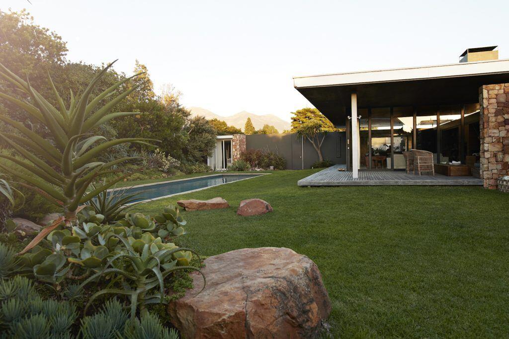 Von der Terrasse aus direkt in den Garten