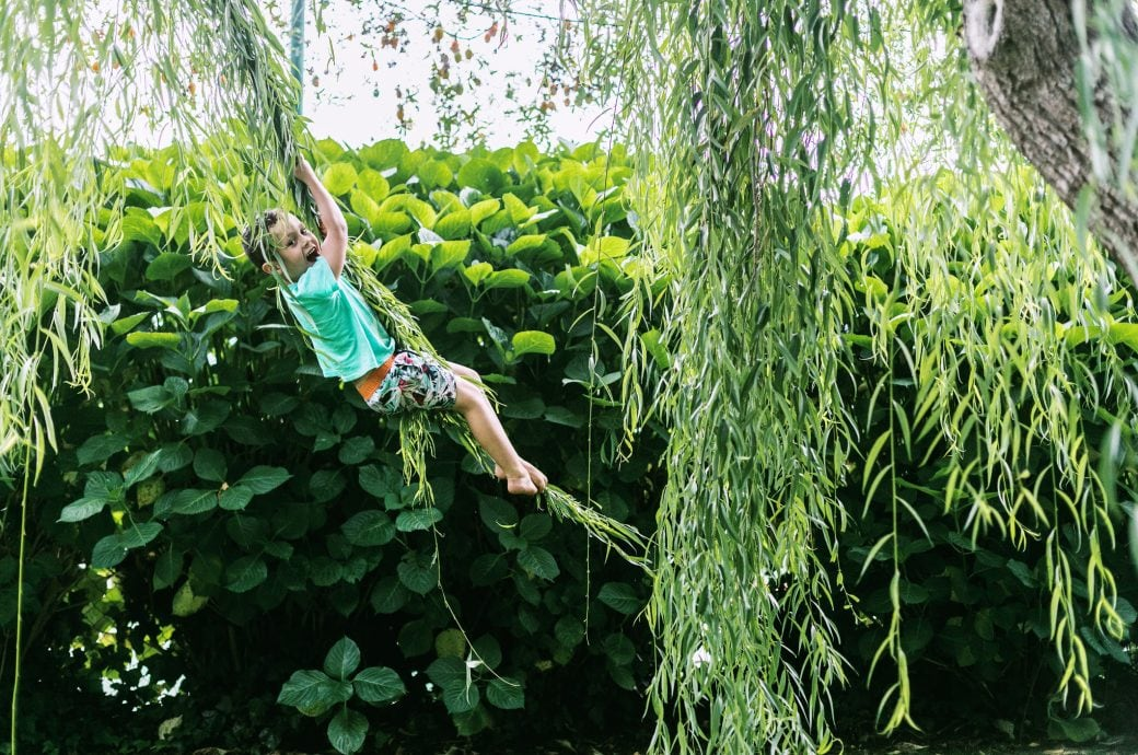 Ein Kind spielt im Garten