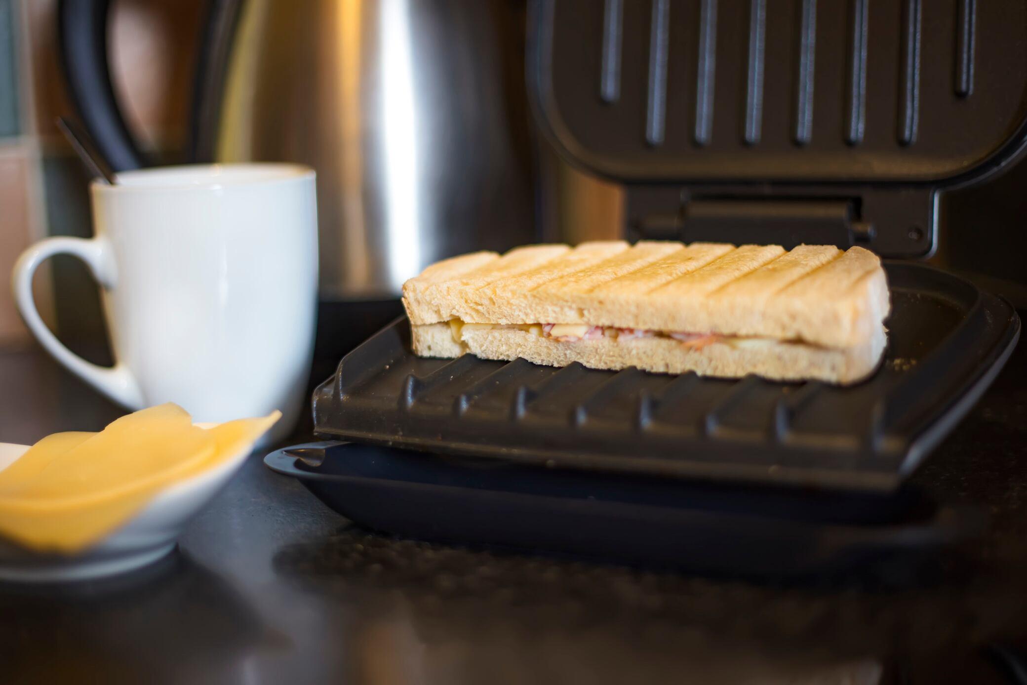Mit diesen Tricks bleibt nie wieder Käse in Ihrem Sanwich-Maker kleben
