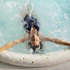 Ein Whirlpool oder Jacuzzi lädt zum Entspannen ein