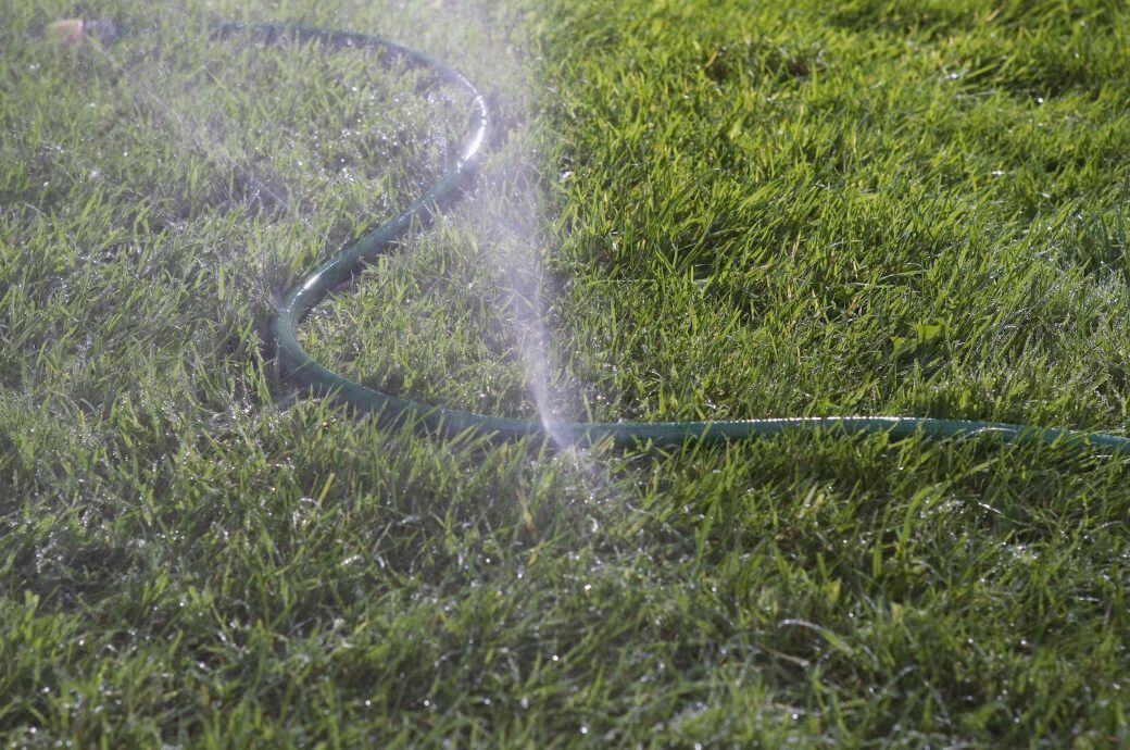 2 Methoden, mit denen Sie einen kaputten Gartenschlauch reparieren können