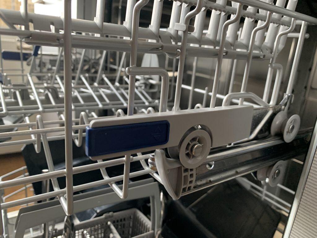 So sieht der Hebel in einer Spülmaschine aus, über den man die Höhe des Spülkorbs verändern kann
