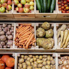 Obst und Gemüse in verschiedenen Kisten