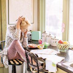 Eine Frau sitzt über ihrer Jahresabrechnung