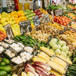 Viele Gemüsesorten liegen auf einem Wochenmarkt aus