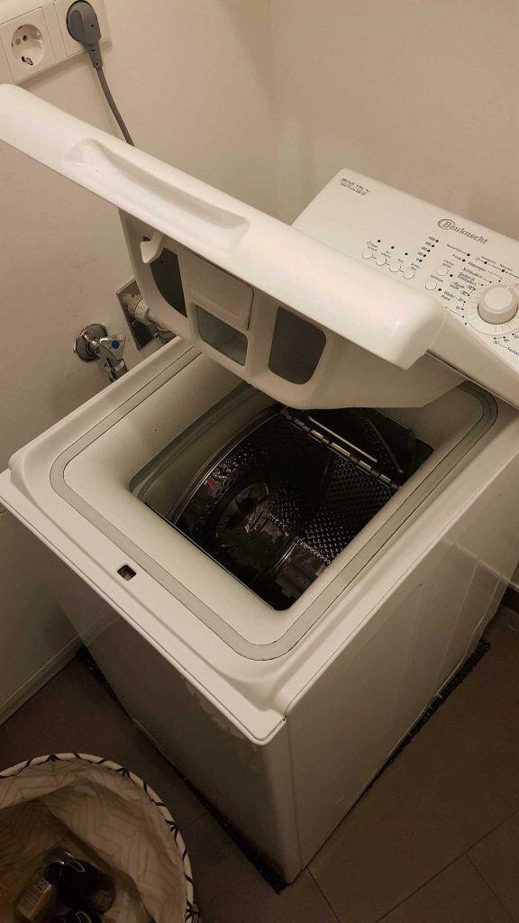 Eine kleine Toplader-Waschmaschine kriegt man gut in kleinen Küchen unter